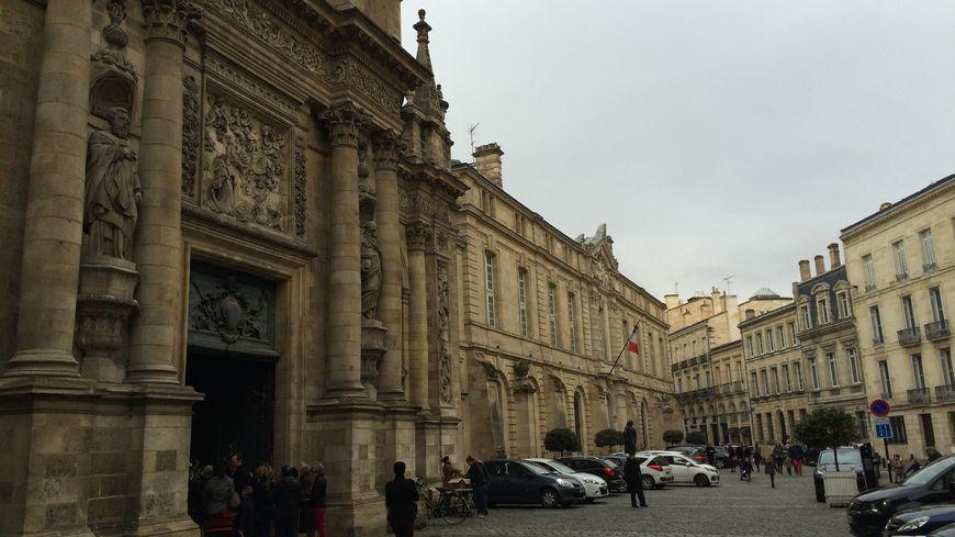 On se presse pour la messe dominicale à l'Eglise Notre-Dame à Bordeaux