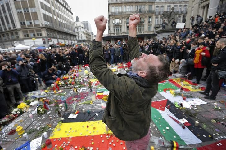 Un homme réagit aux attentats de Bruxelles