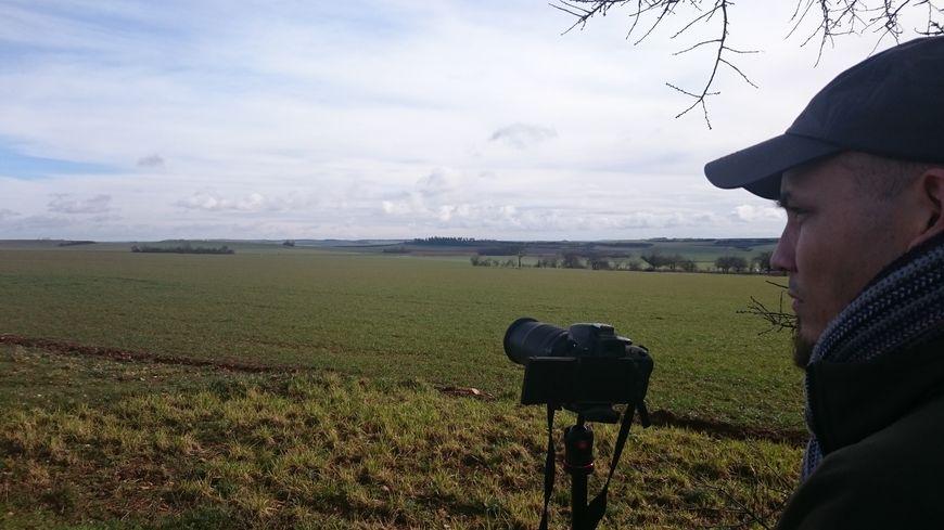 Stéphane Jailly observe les lièvres et perdrix rabattus par les chasseurs