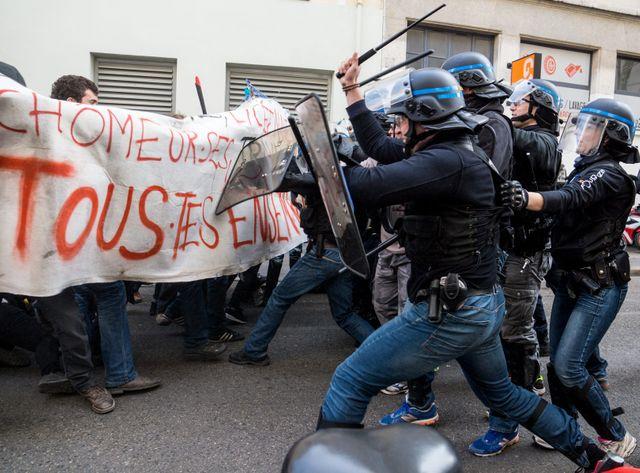 A Lyon, intervention des CRS dans la manifestations des lycéens et étudiants contre la loi El Khomri