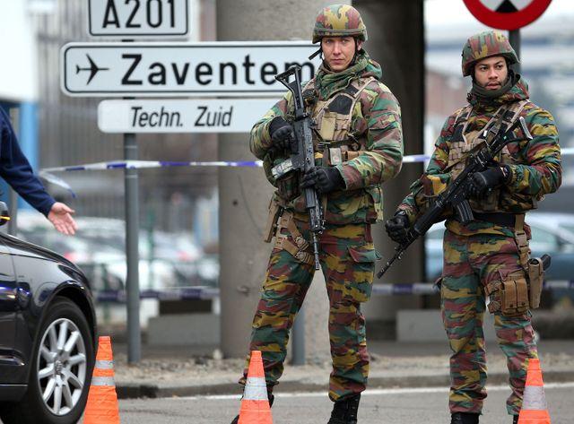 Des soldats belges postés aux abords de l'aéroport de Zaventem