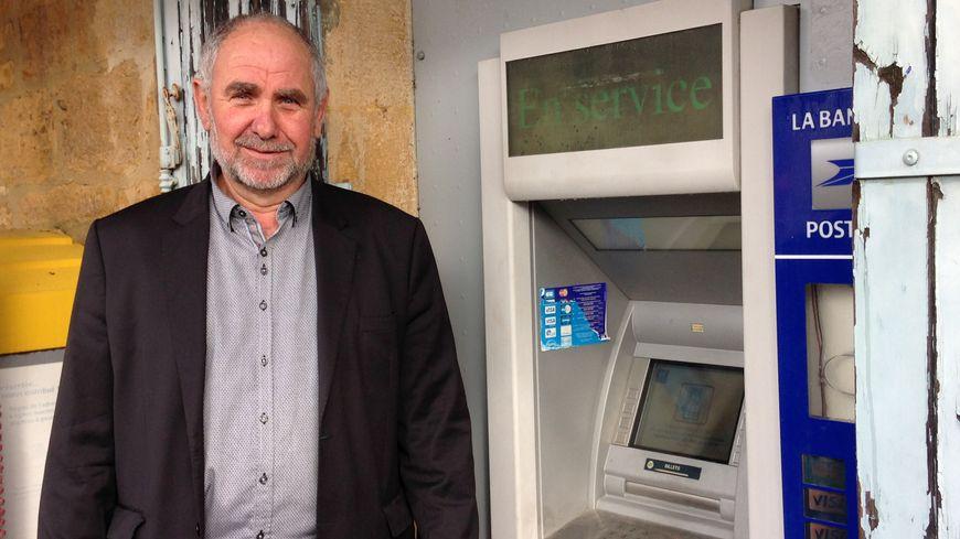 Michel Lajugie, le maire de Saint-Geniès, veut garder ce distributeur.