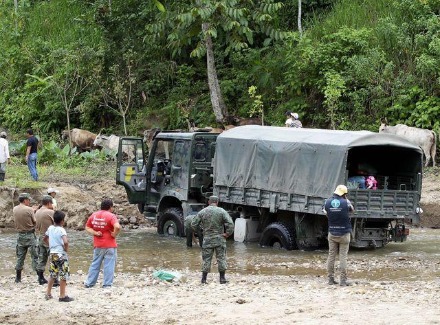 Un camion de l'armée équatorienne sur la route de Pedernales