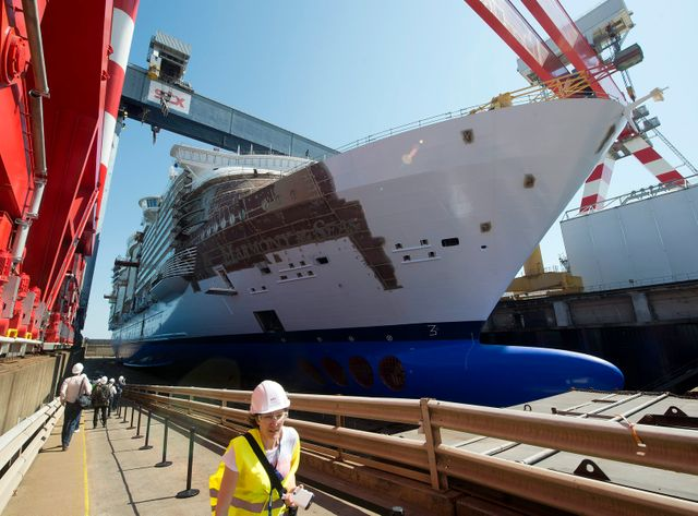 Chantiers navals de St-Nazaire. Ici la construction du paquebot Harmony of the Seas