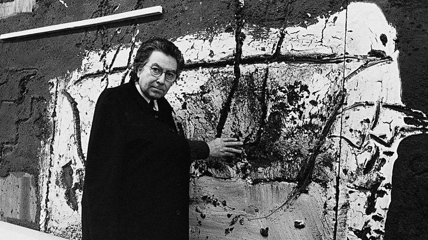 Antoni Tàpies en 1988 devant l'une de ses œuvres.