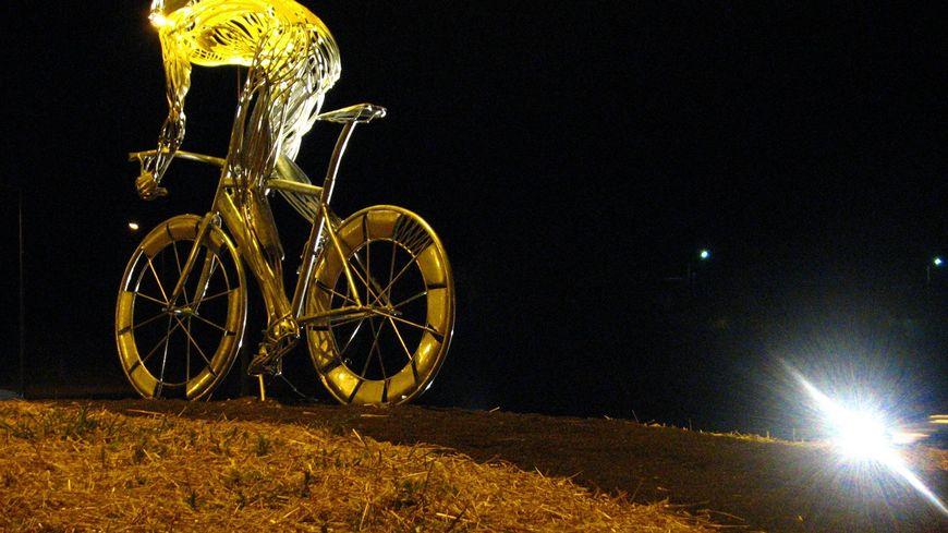 Cycliste sur le rond-point de Saint-Pourçain-sur-Sioule