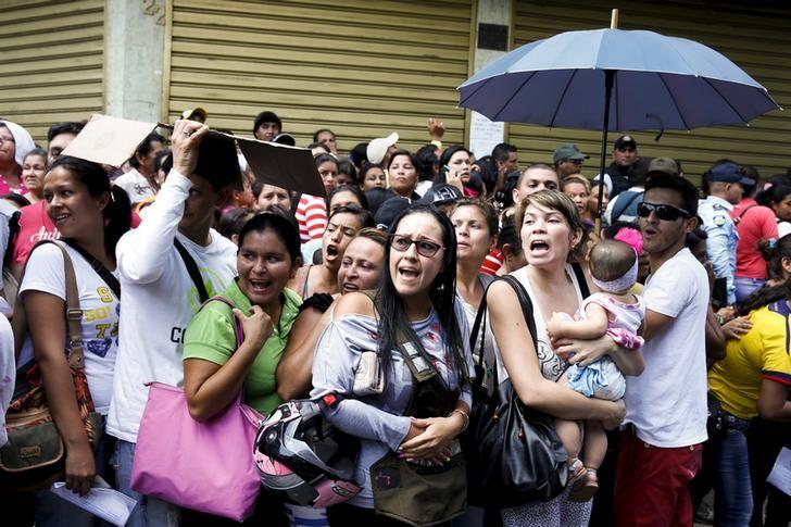 Vénézueliens faisant la queue devant un supermarché