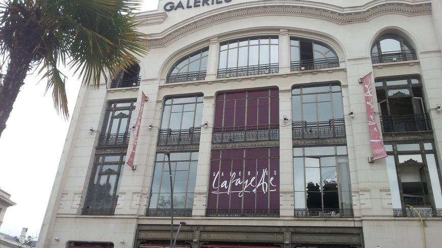 Les Galeries Lafayette à Pau le lendemain de l'incendie