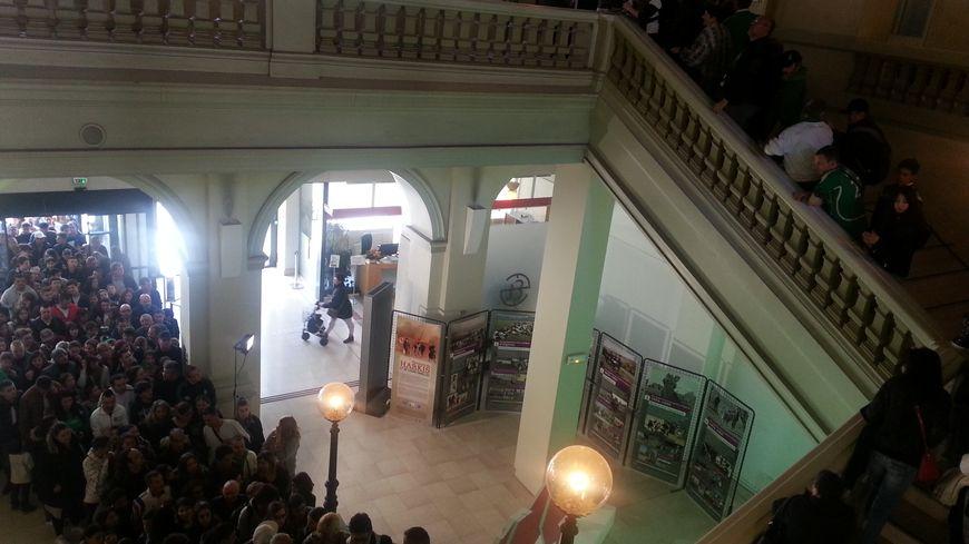 L'escalier de l'Hôtel de Ville envahi par les supporters