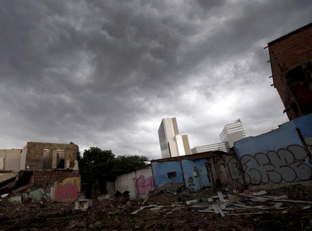 Maisons démolies dans le bidonville de Vila Autodromo, à Rio de Janeiro, surplombées par les tours du parc olympique