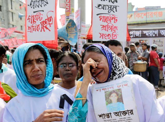 Des proches des victimes pleurent leurs morts, trois ans après l'effondrement du Rana Plaza