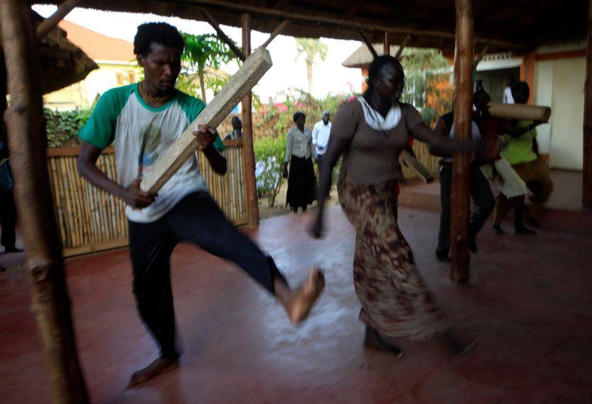 Des comédiens sud-soudanais répètent pour le World Shakespeare Festival, à Juba