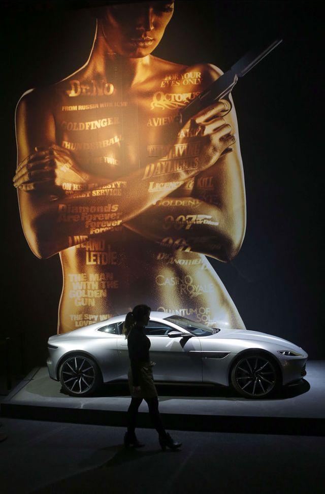 """Aston Martin DB10, film """"Spectre"""" à l'exposition James Bond"""