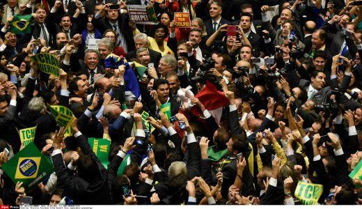 Les députés brésiliens après le vote de la destitution de Dilma Rousseff