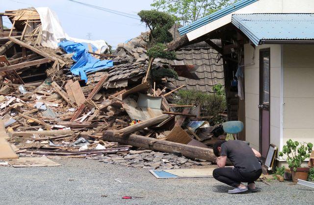 Un homme pleure face à la maison effondrée où sa mère est emprisonnée après le nouveau tremblement de terre qui a touché le sud