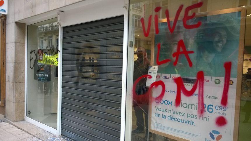 La boutique Bouygues, rue de la Liberté, a fait les frais des individus cagoulés