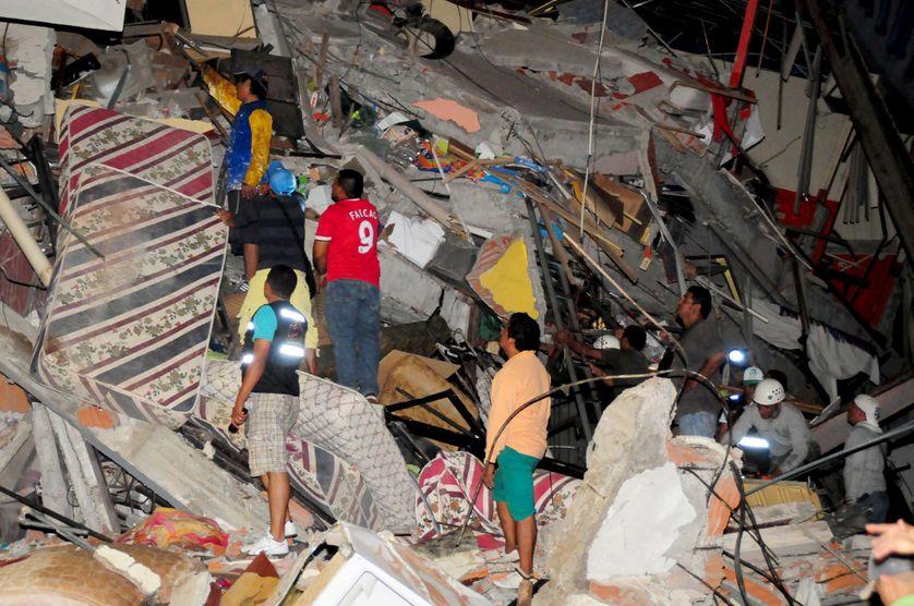 Habitants devant les décombres d'un immeuble à Manta (Equateur)
