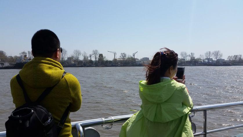 Des touristes chinois à bord du bateau qui longe la rive nord coréenne