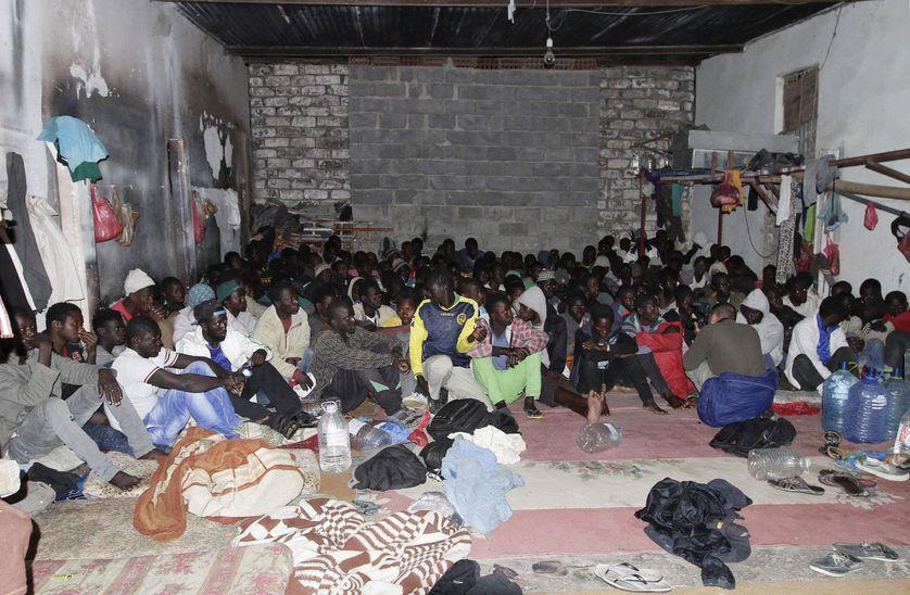 A Tripoli, un groupe de migrants africains après une rafle de la police lybienne