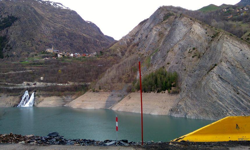 La route de secours emprunte la rive gauche du lac de Chambon