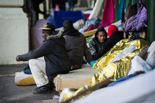 Camp de migrants à la station de métro Stalingrad à Paris.