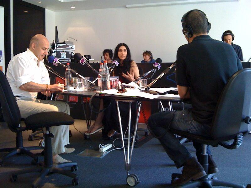 Ronit Elkabetz en 2010, entourée d'Arnaud Laporte et Ali Baddou