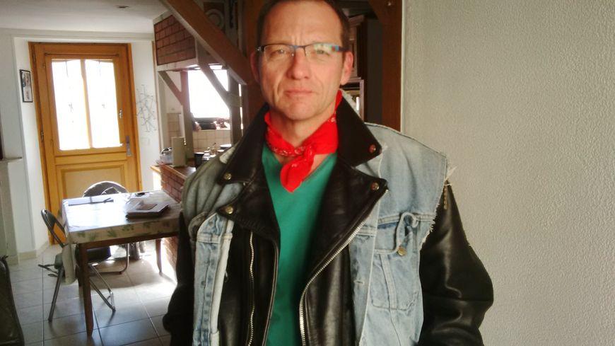 Fabrice revêt régulièrement sa tenue, lorsqu'il chante en famille