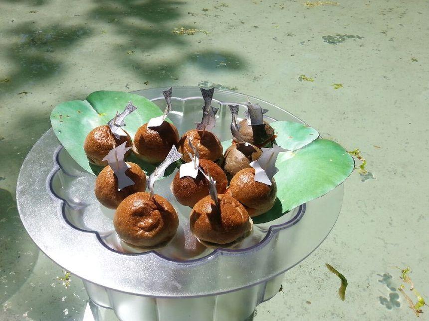 Des hamburgers à la truite, disposés autour d'une petite marre.