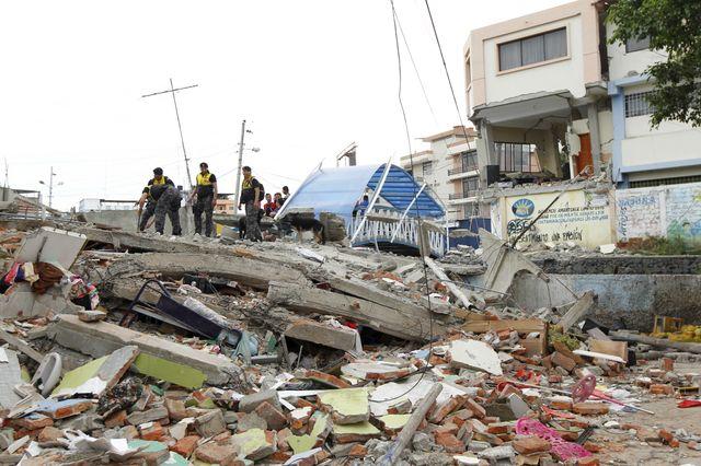 Destructions causés par le seisme à Tarquis, près de Manta sur la côte