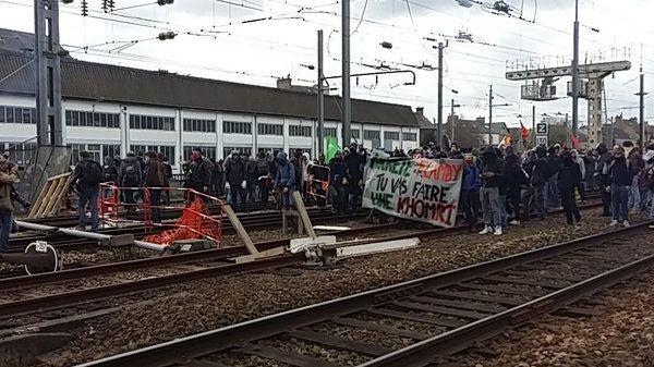 Les manifestants ont envahi les voies de la gare de Rennes