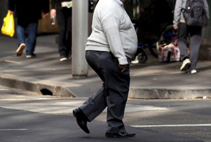 Un homme obèse marchant dans les rues de Sydney en Australie.
