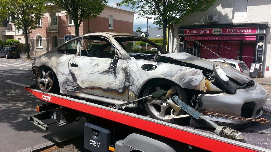 La voiture de luxe a été évacuée ce vendredi matin.