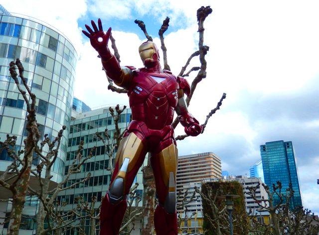 Iron Man accueille les visiteurs à la Défense