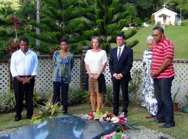 Le premier ministre se recueille sur la tombe de Jean Marie Tjibaou, entouré de la veuve de ce dernier, Marie-Claude Tjibaou, de