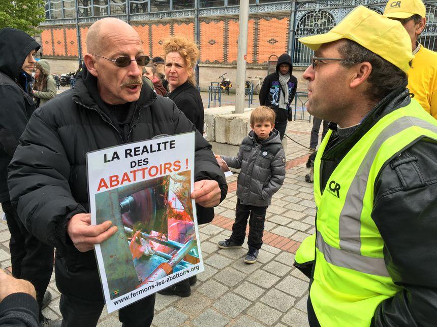 """Une quarantaine de manifestants """"anti-viande"""" étaient présents."""