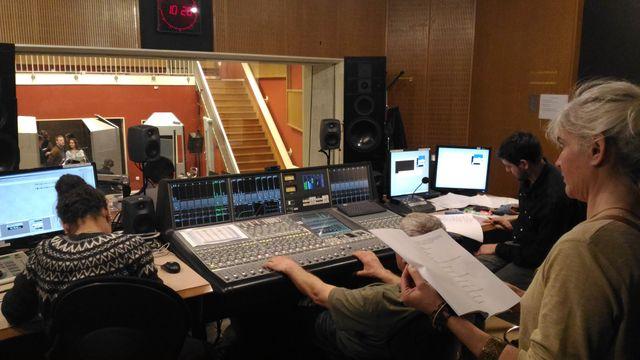 Equipe technique en plein enregistrement. Acteurs : Justin Blanckaert et Pauline Ribat