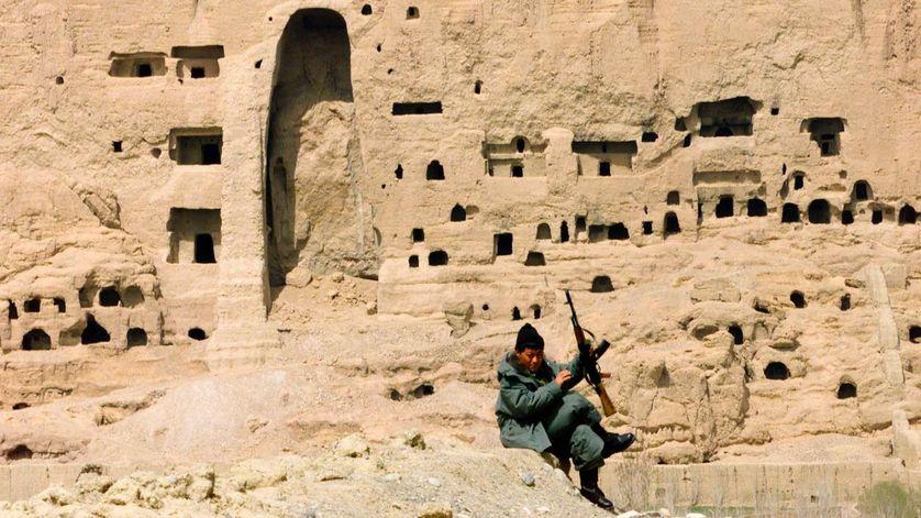 Le vide laissé par l'un des Bouddhas de Bâmiyân un an après la destruction.