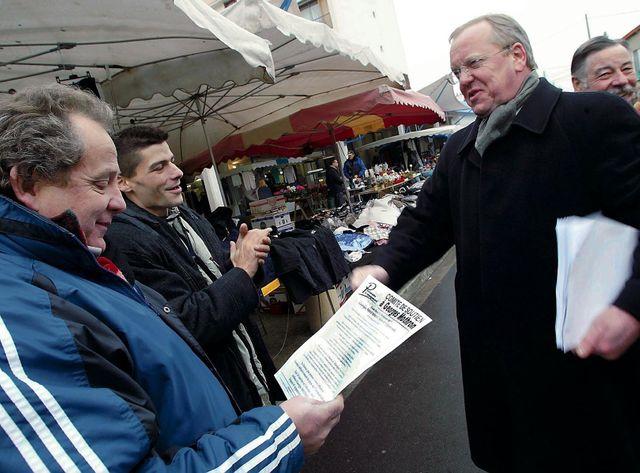 Georges Mothron en campagne pour la mairie d'Argenteuil en 2002