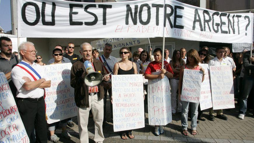 Manifestation devant le siège de Brun Habitat en 2008