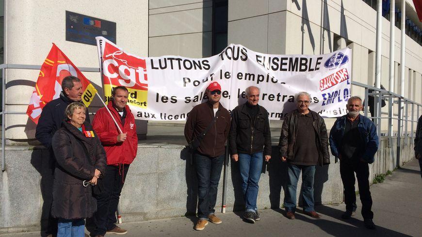 Philippe Poutou et des syndicalistes CGT en soutien aux salariés de Ford