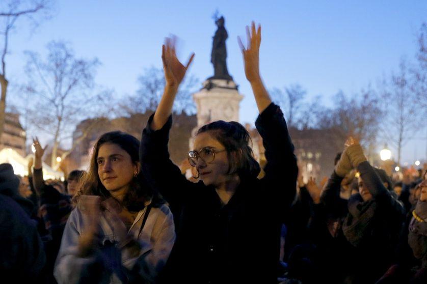 Participants à #NuitDebout place de la République à Paris