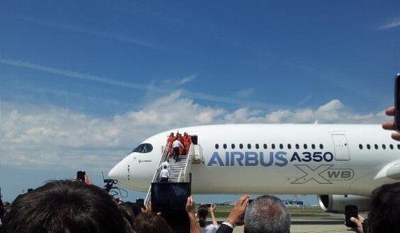 l'Airbus A350 lors de son premier vol à Toulouse en juin 2013