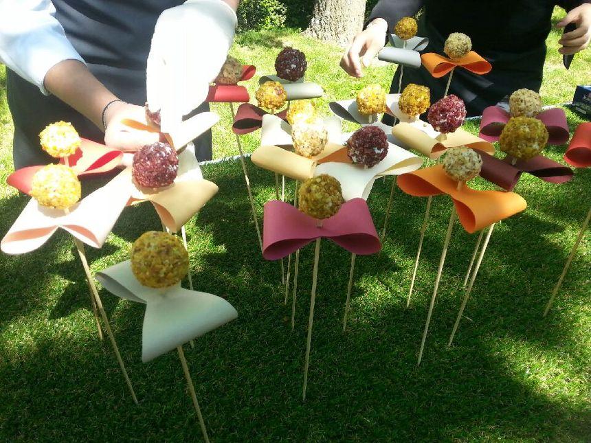 Des fleurs réalisées avec tomates cerises, du fromage de chèvre et des noix.