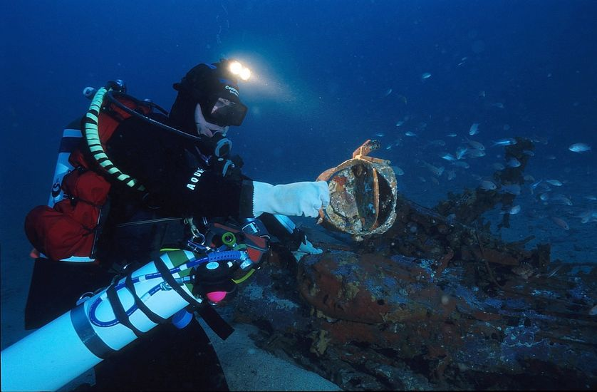Luc Vanrell, plongeur et photographe, travaillant sur une épave