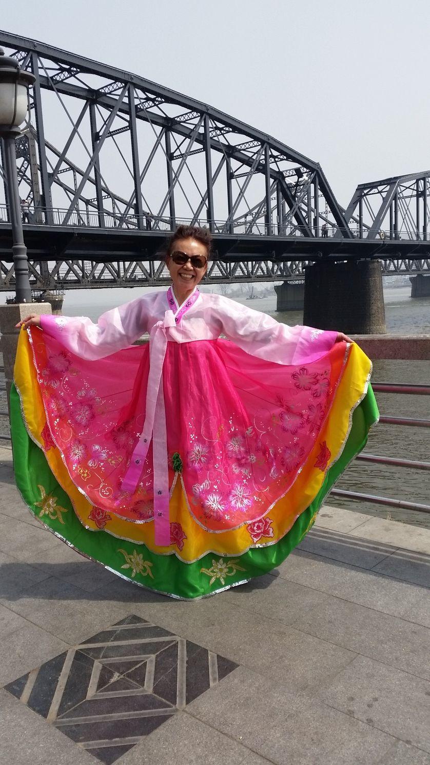 Une touriste chinoise porte une robe traditionnelle nord coréenne