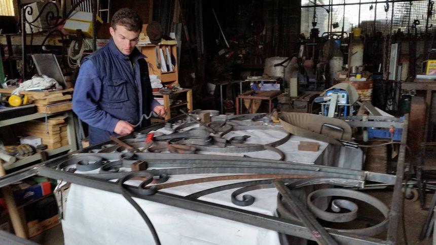 Charles Frère dans son atelier
