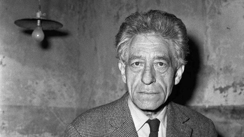 Alberto Giacometti dans son atelier parisien en 1965.