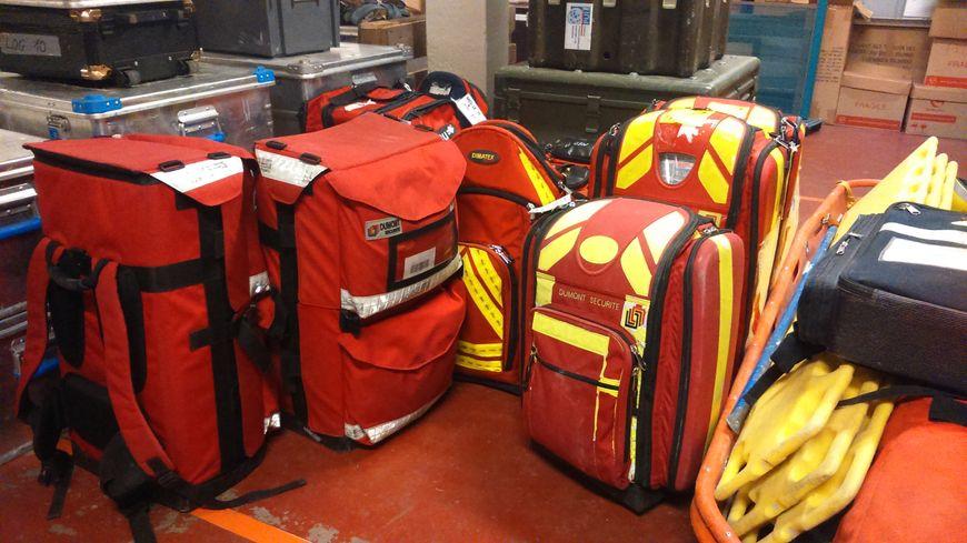 L'équipe part avec cet équipement de secourisme