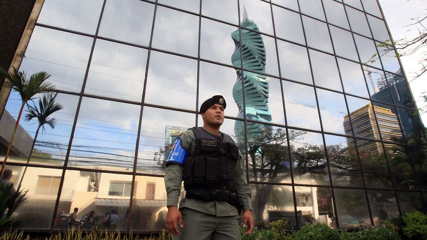 Un policier panaméen devant le siège de Mossack Fonseca, à Panama City