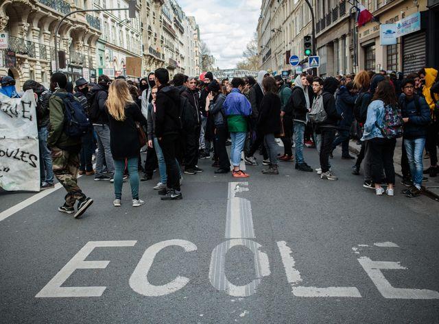 Des lycéens manifestent dans les rues de Paris le 14 avril, contre le projet de loi travail